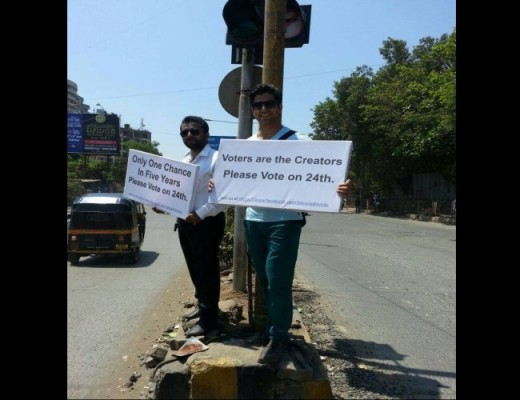Sahil Phull spreading awareness about 'voting'  at busy 'Juhu' signal